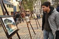 home observant un tableau sur la Place Goudiachvili