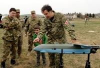 militaires examinant un petit missile