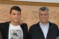 Le Premier ministre du Kosovo, Hashim Thaçi reçoit le footballer albanais Granit Xhaka le 31 décembre 2012