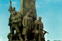 le monument de l'indépendance nationale albanaise de 1912 à Vlora en Albanie (carte postale, collection de Gilles et Jacqueline Jacquet)