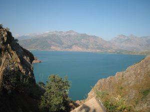 Lac artificiel de Tcharvak en Ouzbékistan