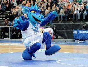 Le dragon, mascotte de l'équipe de basket Tsmoki-Minsk
