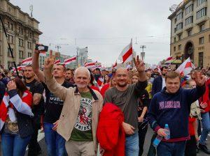 Les défenseurs des droits de l'Homme du centre « Viasna » (Printemps) Ales Bialiatski, Valiantsin Stefanovitch et Oulazdimir Labkovitch participent au rassemblement à Minsk le 23 août 2020 (avec l'aimable autorisation de Viasna).