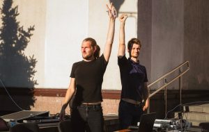 Les deux DJ qui ont diffusé la chanson de Viktor Tsoï, square de Kiev. Source Nacha Niva.