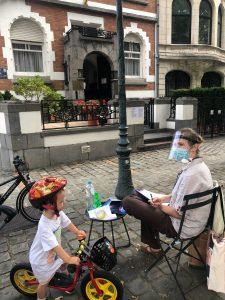 L'observatrice indépendante Marharyta Taraikevitch, refusée d'accès au bureau de vote de l'ambassade bélarusse à Bruxelles, compte le nombre d'électeurs depuis l'extérieur. Photo par Ekaterina Pierson-Lyzhina.