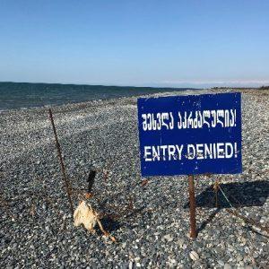 La frontière traverse la plage à deux kilomètres au nord du village (crédit: P.Moreno, 2020)