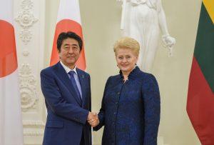 Le Premier ministre japonais Shinzô Abe avec la présidente lituanienne Dalia Grybauskaitė en janvier 2018, au cours de la visite de S. Abe dans les États baltes.