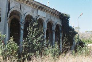 Un des nombreux bâtiments en ruines d'Abkhazie (photo Zadig Tisserand, 2020).